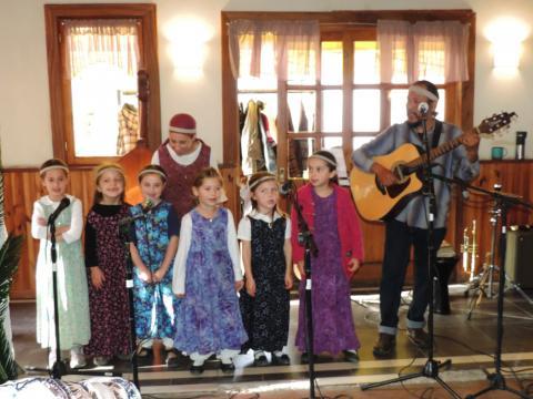 Niños participando en actividades musicales